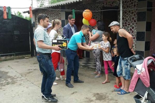 Председатель Бессарабского района Петр Пушкарь совместно с городскими советниками навестили многодетные семьи и поздравили их с Днем защиты детей.